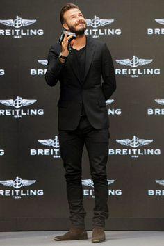 Acheter la tenue sur Lookastic: https://lookastic.fr/mode-homme/tenues/blazer-noir-t-shirt-a-col-rond-noir-jean-noir-bottines-chelsea-brun-fonce/5854 — Bottines chelsea en daim brun foncé — Jean noir — Blazer noir — T-shirt à col rond noir