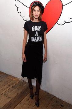 Alexa Chung com look todo preto + meia-calça preta.