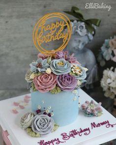 "ElleBaking FlowerCake on Instagram: ""เค้กดอกไม้ไซส์ s ทรงสูง ลูกค้าขอเพิ่มป้าย Happy Birthday สีโทนเย็นสบายตาคะ 🥰  IG: ellebaking_flowercake FB: ellebaking  Tel:…"" Buttercream Flower Cake, Place Cards, Place Card Holders, Desserts, Cakes, Food, Tailgate Desserts, Deserts, Cake Makers"