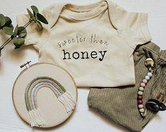 Boho Baby Clothes, Gender Neutral Baby Clothes, Baby Gender, Baby Outfits, Kids Outfits, Minimalist Baby, Minimalist Style, Cute Baby Shower Gifts, Baby Shirts