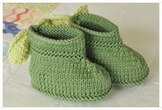 Knit baby booties cotton forest green with wooden button by SillySilz #babybooties #cottonbooties #knitbooties