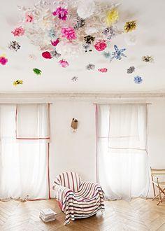 Un plafond de fleurs multicolores