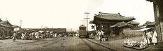 남대문로와 종로가 만나는 1905년 무렵의 보신각 주변. 전차가 지나가고 있다.