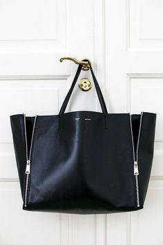 Toinen ostokseni Pariisista oli Célinen Gusset Cabas shopperi. Mä en ole oikeastaan koskaan ymmärtänyt... Diese und weitere Taschen auf www.designertasch... entdecken