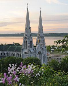 Sainte-Anne-de-Beaupré est un lieu de pélerinage  // Fête de Ste-Anne, en juillet.  Situé sur la Côte de Beaupré environ 30 km de la Ville de Québec  On voit le Fleuve St-Laurent et une partie de l'Île d'Orléans