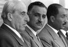 الزعيم جمال عبد الناصر بين الرئيس السوري شكري القوتلي و السيد أنور السادات
