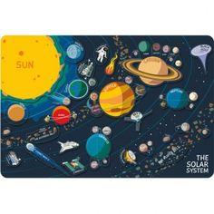 ¡Qué fácil es aprender sobre nuestra galaxia jugando! Cada magnet representa un elemento de nuestro Sistema Solar, como planetas, cometas, asteroides, agujeros negros... Al levantar las piezas, los niños descubrirán información relativa al astro o elemento y se fomentará el conocimiento y a la vez la curiosidad sobre ellos. Idioma tablero: Inglés