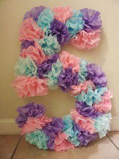 Números gigantes hechos con pompones de papel de seda.Geniales para decorar una mesa de cumpleaños o Candy bar.