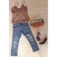 Gente que tal? Um look com #jeans e uma regatinha linda para o final de semana. Só aqui no #brechocamarim #brechócamarimtododianovidade #fashion #lookoftheday #lookdodia #look #clothing #brecho  Calça capri: #zara tamanho P R$ 700  Regata: #zion tamanho M R$ 6900 Bolsa: #arezzo R$ 11600 Salto: #triton tamanho 35 R$ 9600