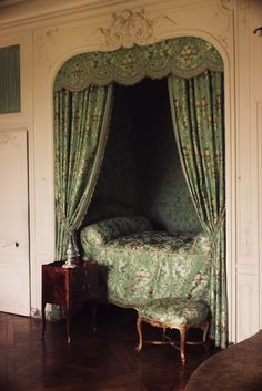 Sleeping alcove in Madame de Pompadour's upper apartments at Versailles bedroom nook Alcove Bed, Bed Nook, Cozy Nook, Home Bedroom, Bedroom Decor, Bedrooms, Library Bedroom, Design Bedroom, Sleeping Nook
