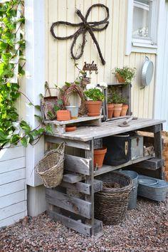 Kun kasvihuone nousi puutarhaamme vuonna 2011, kasvimaa siirtyi laatikoihin. Viimeisin lisäys on tämä kesähuoneen kyljessä oleva pieni hyöt...