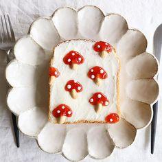 きのこトースト✨ ・ 今日はきのこ 軸の部分をピーナッツにしたのは イイ案だと思ったのになぁ また、ダメ出しくらった〜 ・ *材料* #いちごジャム#ピーナッツ チョコペン・食パン ・ #きのこトースト#きのこ##リンカ #パン#朝ごパン#トーストアート#トーストアレンジ#おうちカフェ#キナリノ #おうちごはん#クッキングラム#コッタ #デリスタグラマー#nayokoトースト #mushrooms#peanuts#toast #food#bread#breakfast#kurashiru #japanesefood#onthetable #instafoodie#foodpic#instapost #locari_kitchen