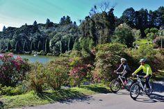 Passeios turísticos em Gramado, de bicicleta e com guia- na foto, passeio pelo Lago Negro