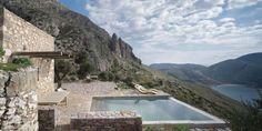 Séparée par le reste de la terrasse, la piscine offre une belle vue sur l'eau