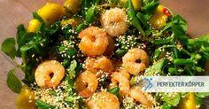 Exotischer Salat mit Mango und Garnelen 🥗🍴  Bei diesem leckeren Salat kommen Urlaubsgefühle auf! 🏊🌴☀️ Leckerer Salat mit Mango, Garnelen und Sesamsamen mit einem fruchtig-scharfen Dressing aus Zitronen, Chilis und Olivenöl. 👌😋Mit reichlich Eiweiß ist dieser Salat ein perfektes Mittag- oder Abendessen! 👌😉