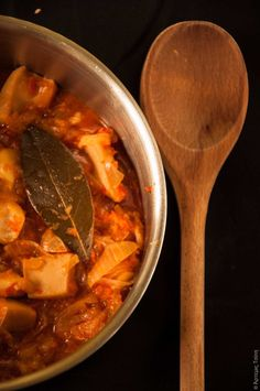 Cuttlefish and onion stew Greek Cooking, Cooking Fish, Greek Sea, Greek Gods, Cuttlefish, How To Cook Fish, Fresh Bread, Greek Recipes, Pot Roast