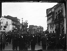 Procesión pola praza de Santo Domingo, Lugo. Ca. 1920. Placa de cristal. Bromuro rápido ou clorobromuro lento. 4,5 x 5,9 cm.