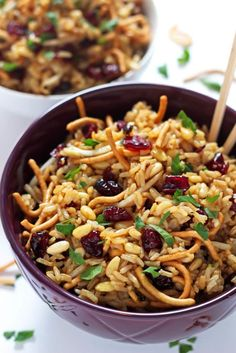 This crunchy asian rice salad recipe is a true crowd pleaser! It's full of c… This crunchy asian rice salad recipe is a true crowd pleaser! It's full of chow mein noodles, Craisins, pine nuts, and an addictive soy garlic dressing. Lunch Snacks, Vegetarian Recipes, Cooking Recipes, Healthy Recipes, Dishes Recipes, Cooking Games, Healthy Dinners, Cooking Tips, Soy Ginger Dressing