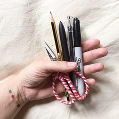 Hoy es el Día Internacional de Diseño Gráfico y desde aquí os invito a reflexionar sobre nuestro trabajo #WCDD2015 Muchas veces pienso en el impacto de nuestra profesión en futuras generaciones y sobre el planeta, en el tipo de proceso creativo y en la mezcla de disciplinas y profesiones que se dan la mano con el diseño. Estas son mis herramientas de trabajo, ¿como son las tuyas? #enseñatusherramientas ordenadores, lápices y tintas, tijeras y pinceles, pero también hilos y madera... (Se me…