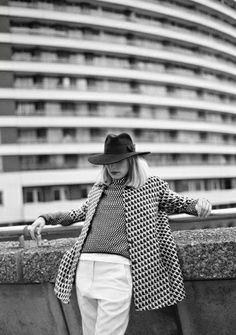 The French Blogger Typhaine Augusto (Cookie est une cuillère à absinthe) wearing a Tara Jarmon graphic coat.  #tarajarmon #graphic #coat