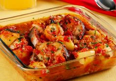 O peixe ao forno é uma excelente opção para o jantar. Acompanha um molho especial