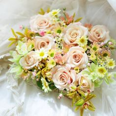 柔らかな茶色のバラは、アティレ・パルモード、丸いのは結(ゆい)、小さなピンクのも実はバラでリトルウッズといいます。10000日目のお誕生日に、というロマン...