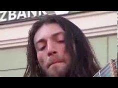 Guitarrista consegue parar rua movimentada com solo BRUTAL