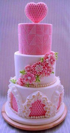 Bolo rosa com coração e flores