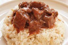 """Το αγαπημένο πολίτικο φαγητό Τας Κεμπάπ, που εκτός από αρνί φτιάχνεται και με μοσχάρι. Η επιτυχία του έγκειται στην τέλεια δεμένη σάλτσα του! Μυρωδάτο φαγητό που έχει κάνει εμφάνιση σε κάθε κυριακάτικο τραπέζι και αρέσει σε όλους! Η λέξη """"τας"""" είναι παλιά τούρκικη λέξη για την κατσαρόλα, δηλαδή """"τας κεμπάπ""""σημαίνει """"κεμπάπ στην κατσαρόλα"""". ΥΛΙΚΑ Μοσχάρι … Lamb Recipes, Greek Recipes, Keto Recipes, Cooking Recipes, Healthy Recipes, Healthy Foods, Cetogenic Diet, Greek Cooking, Food And Drink"""