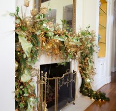 Christmas Interior - traditional - living room - houston - by Regina Gust Designs Christmas Stairs Decorations, Christmas Staircase, Christmas Themes, Elegant Christmas Decor, Magical Christmas, Beautiful Christmas, Woodland Christmas, Christmas Ribbon, Gold Christmas