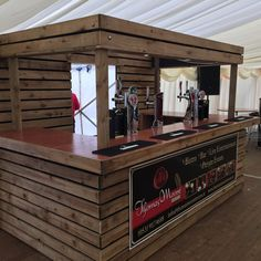 20 Beautiful DIY Pallet Bar Ideas You Can Try at Home Pallet bar design is a popular design of home bar where people can build their own bar or drinking spot at home using pallet. Diy Bar, Diy Home Bar, Bars For Home, Palet Bar, Wood Pallet Bar, Wooden Pallets, 1001 Pallets, Diy Outdoor Bar, Outdoor Kitchen Bars