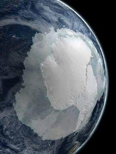 القطب الجنوبي لكوكب الأرض كما يُرى من الفضاء الخارجي.  The South Pole as seen from outer space.