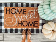 Layered Doormats To Spruce Up Your Porch for Fall - Becs Lynk Fall Doormat, Adult Halloween Party, First Thanksgiving, Pumpkin Centerpieces, Spooky Decor, Thanksgiving Decorations, Fall Decor, Porch, Layers