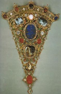 Devonshire Parure: bodice ornament in gold,    enamels, cameos, coral and diamonds, made by CFHancock    1856 - London - Coll.Privata     Oro, diamanti, smeraldi e smalti. Coll.privata.