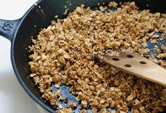 Granola super saudável e nutritiva. Fácil, barata e fica pronta em 5 minutos! Os ingredientes são uma sugestão, mas pode adicionar outros conforme sua preferência, como sementes de linhaça, damasco…