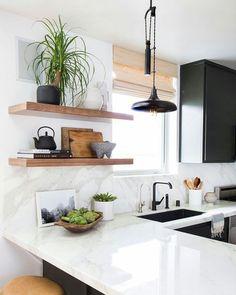 Cozinha com contraste em preto e branco e detalhes em madeira e vegetação! #cozinha #kitchen #arquitetura #architecture #marmore #madeira #vegetação #contraste by linnear_arquitetura