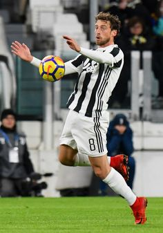 Claudio Marchisio of Juventus in action during the Serie A match between Juventus and FC Crotone at Allianz Stadium on November 26, 2017 in Turin, Italy.