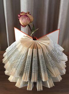 Folded Book Art, Paper Book, Paper Art, Paper Crafts, Old Book Crafts, Book Page Crafts, Book Christmas Tree, Create Your Own Book, Glue Book
