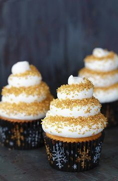 eggnog cupcakes with spiced rum buttercream. They also have links to other delicious sounding cupcakes Beaux Desserts, Köstliche Desserts, Delicious Desserts, Plated Desserts, Yummy Food, Eggnog Cupcakes, Yummy Cupcakes, Liquor Cupcakes, Mocha Cupcakes