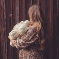 So, I have 2 of this beautiful white chunky yarn. Should I knit a blanket or a big cardigan? Big Cardigan, Chunky Yarn, Fur Coat, Winter Hats, Blanket, Knitting, Beautiful, Fashion, Moda