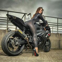 Check out a stunning collection featuring hot girls on motorcycles. Hot babes on amazing bikes in 43 awesome pictures. If you are a fan of bikes, this is for you! Lady Biker, Biker Girl, Motard Sexy, Chicks On Bikes, Motorbike Girl, Poses References, Moto Bike, Motorcycle Gear, Biker Chick