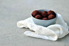 Yogurttrøfler med sjokolade og peanøtter Mocha, Dog Bowls, Are You Happy, Raspberry, Chocolate, Fruit, Food, Essen, Chocolates