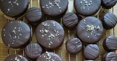 A blogon már szerepel Isler recept, ide kattintva érhető el, most a klasszikus cukrászreceptet hoztam el. Kiemelném, hogy a tésztája DIÓT ... Biscuits, Cookies, Chocolate, Cake, Desserts, Blog, Crack Crackers, Crack Crackers, Tailgate Desserts