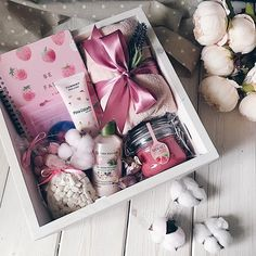 Este posibil ca imaginea să conţină: mâncare Cute Birthday Gift, Birthday Gift Baskets, Birthday Gifts For Best Friend, Christmas Gifts For Friends, Christmas Gift Box, Diy Birthday, Best Friend Gifts, Holiday Gifts, Girl Gift Baskets