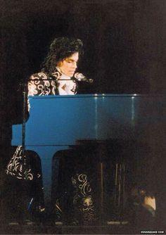 Prince looks like Mozart here. Prunce is a musical genius!