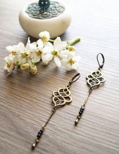 """Boucles d'oreilles en métal laiton et perles noires de style """"rétro-chic-bohème""""... """"Jeux interdits""""..."""
