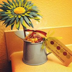 Secretary gift: Mini watering can, felt flower, trail mix, party bag, and card stock paper. Super easy and cute! Administrative Assistant Day, Administrative Professional Day, Felt Flowers, Paper Flowers, Admin Day, Secretary Gifts, Secretary's Day, Work Gifts