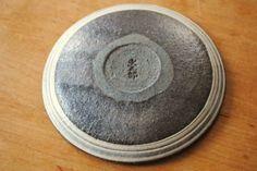 奥田章「刷毛目4寸皿」、底の部分です。