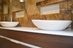 Baño con revestimiento de mármol Rainforest