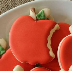 Bitten Apple Cookies for Snow White party! Cute Cookies, Cupcake Cookies, Sugar Cookies, Snow White Birthday, Apple Cookies, Perfect Cookie, Royal Icing Cookies, Cookie Designs, Cookies Et Biscuits